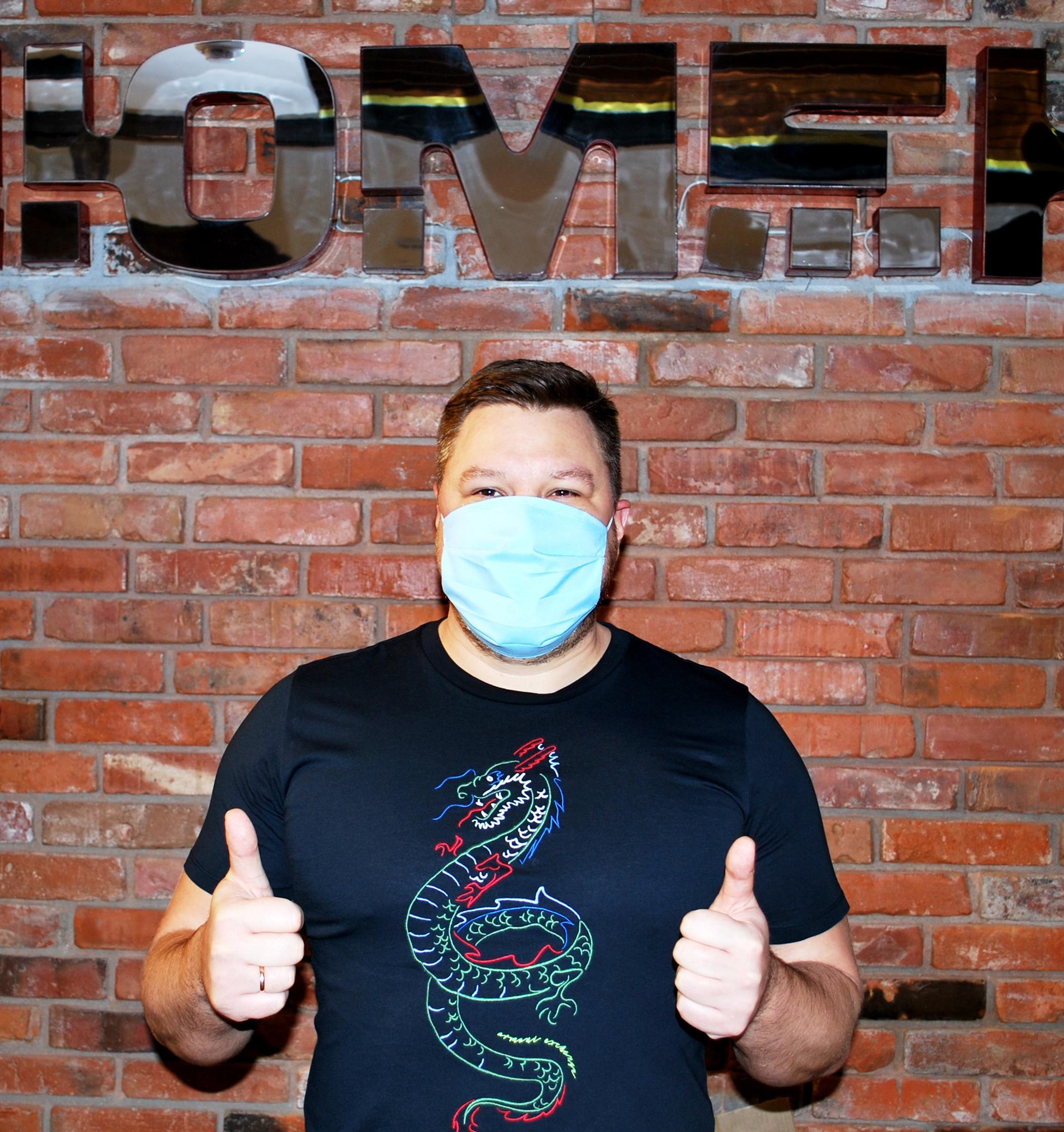 Сотрудники закрытых кинотеатров будут производить многоразовые маски