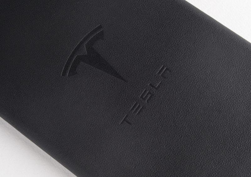 Tesla выпустила чехлы для iPhone из обивки салонов электромобилей