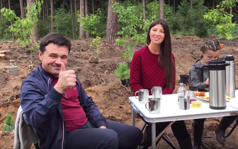 Губернатор Подмосковья показал свою семью и снял ролик об экологической акции