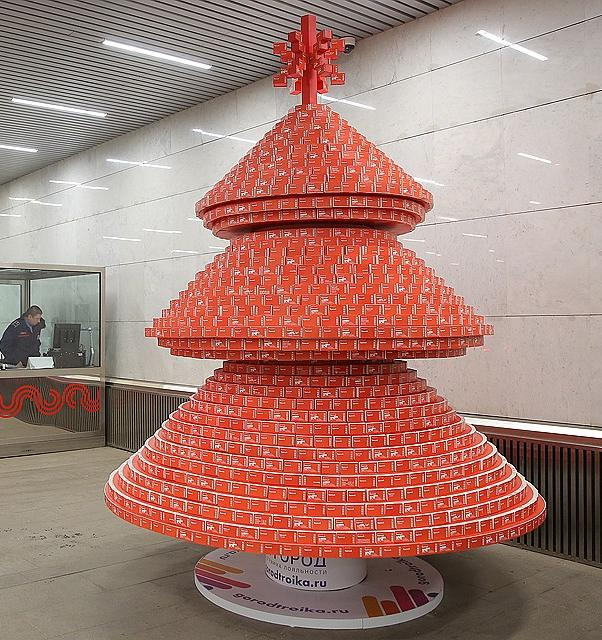 На «Тургеневской» поставили елку из использованных билетов