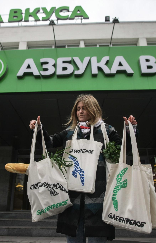 «Азбука Вкуса» перестала раздавать на кассах бесплатные пластиковые пакеты