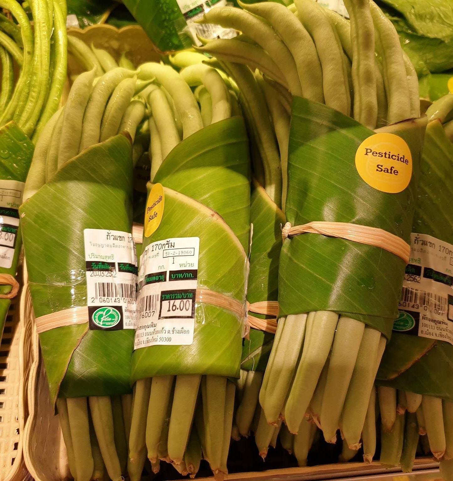 Тайский супермаркет использует вместо пластиковой упаковки банановые листья
