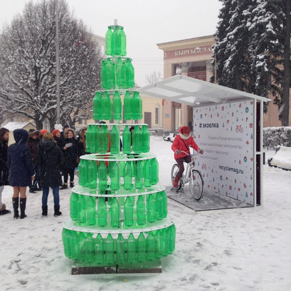 Как выглядит первая в Москве елка на энергии велосипеда