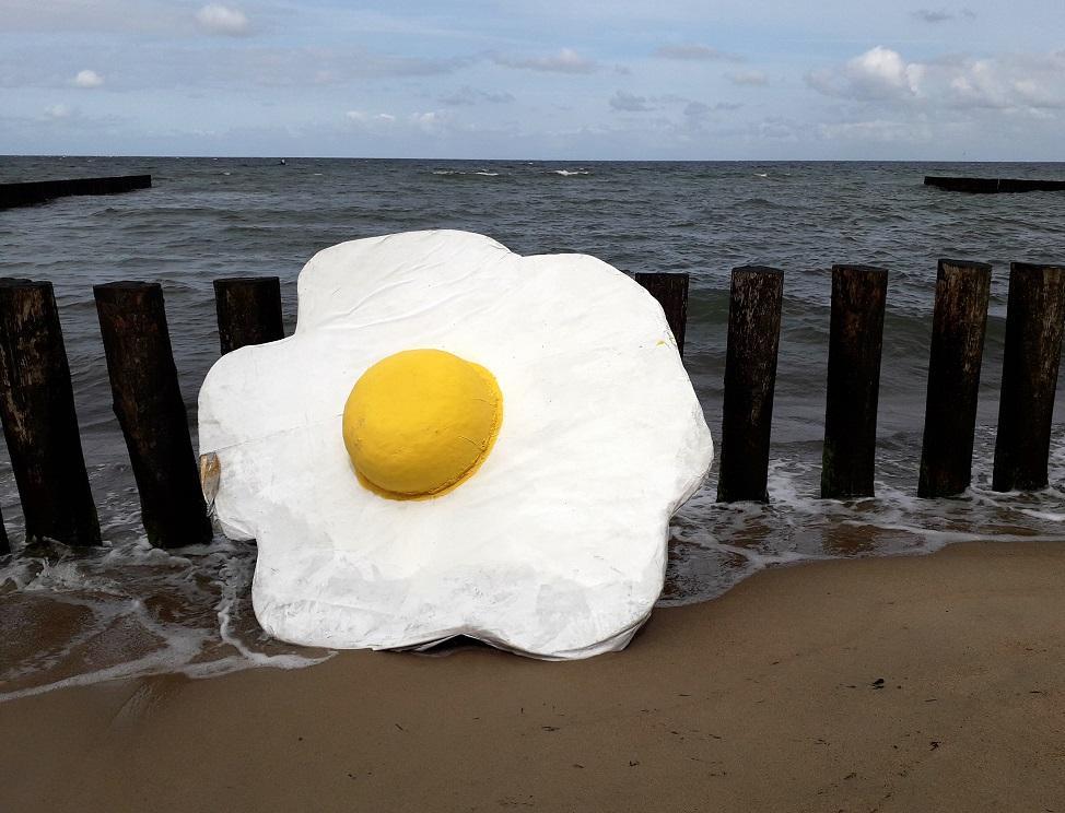 Фотогалерея: трэш-арт на берегу Балтийского моря