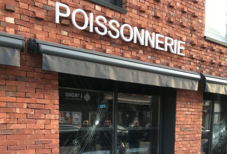 Радикальные веганы громят витрины магазинов мяса и рыбы во Франции