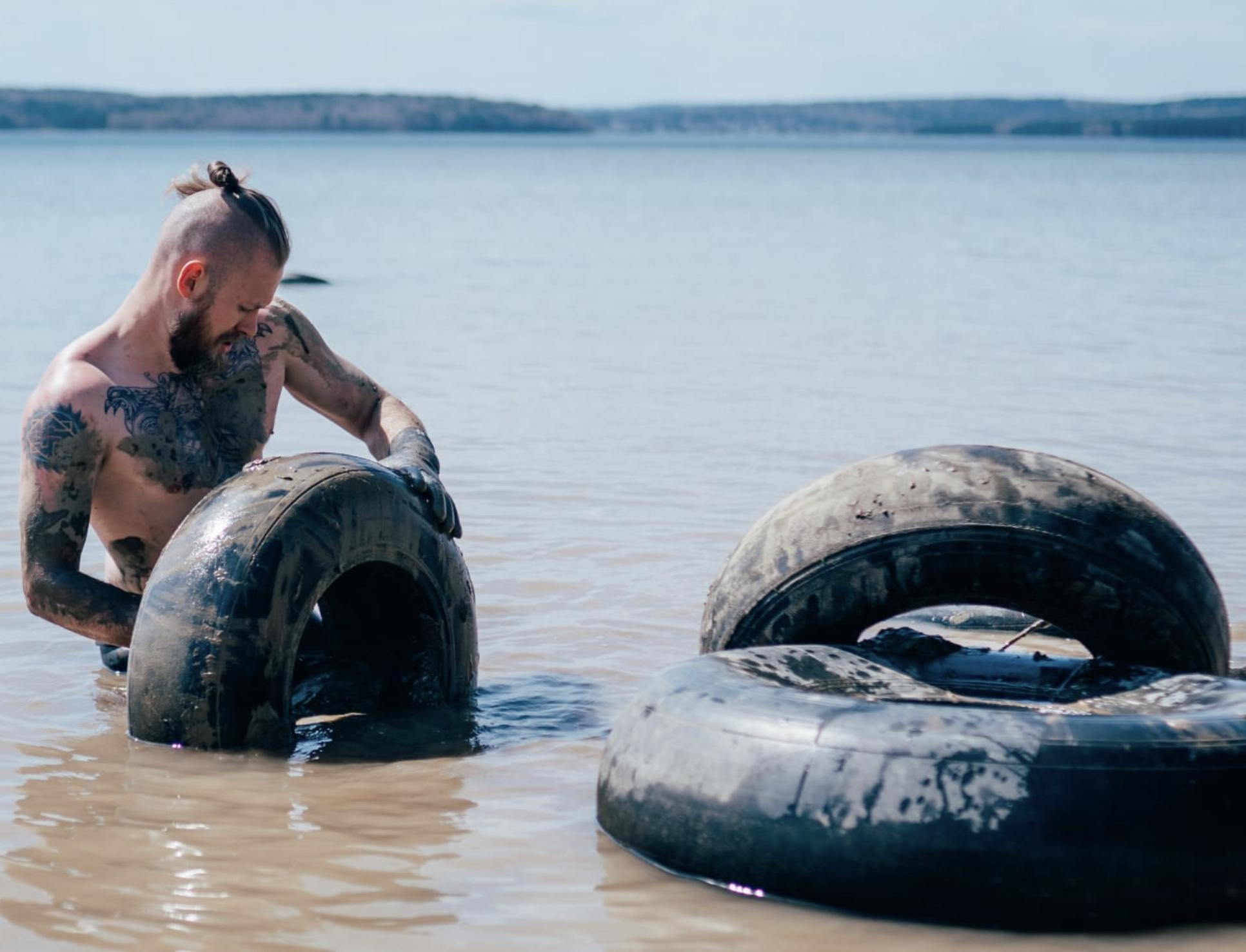 Экоактивисты вывезли около 100 тонн автопокрышек с берега Иркутского водохранилища