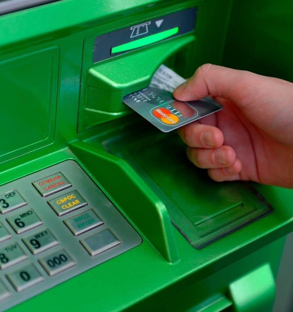 Банкоматы «Сбера» стали принимать пластиковые карты на переработку