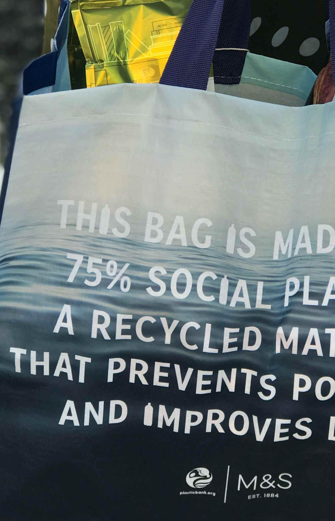 В Marks&Spencer выпустили сумку-шоппер из переработанного пластика