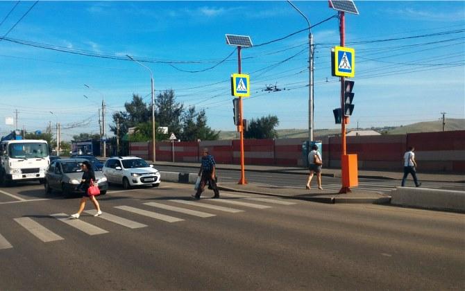 В Красноярске поставили светофор на солнечной энергии и ветрогенераторе