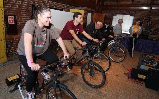 Посетители бара сварят себе пиво с помощью велотренажеров