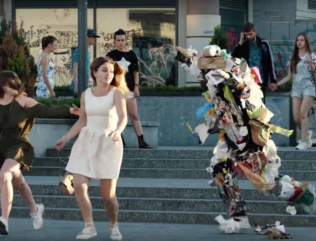 Видео дня: живая куча мусора гонялась за прохожими