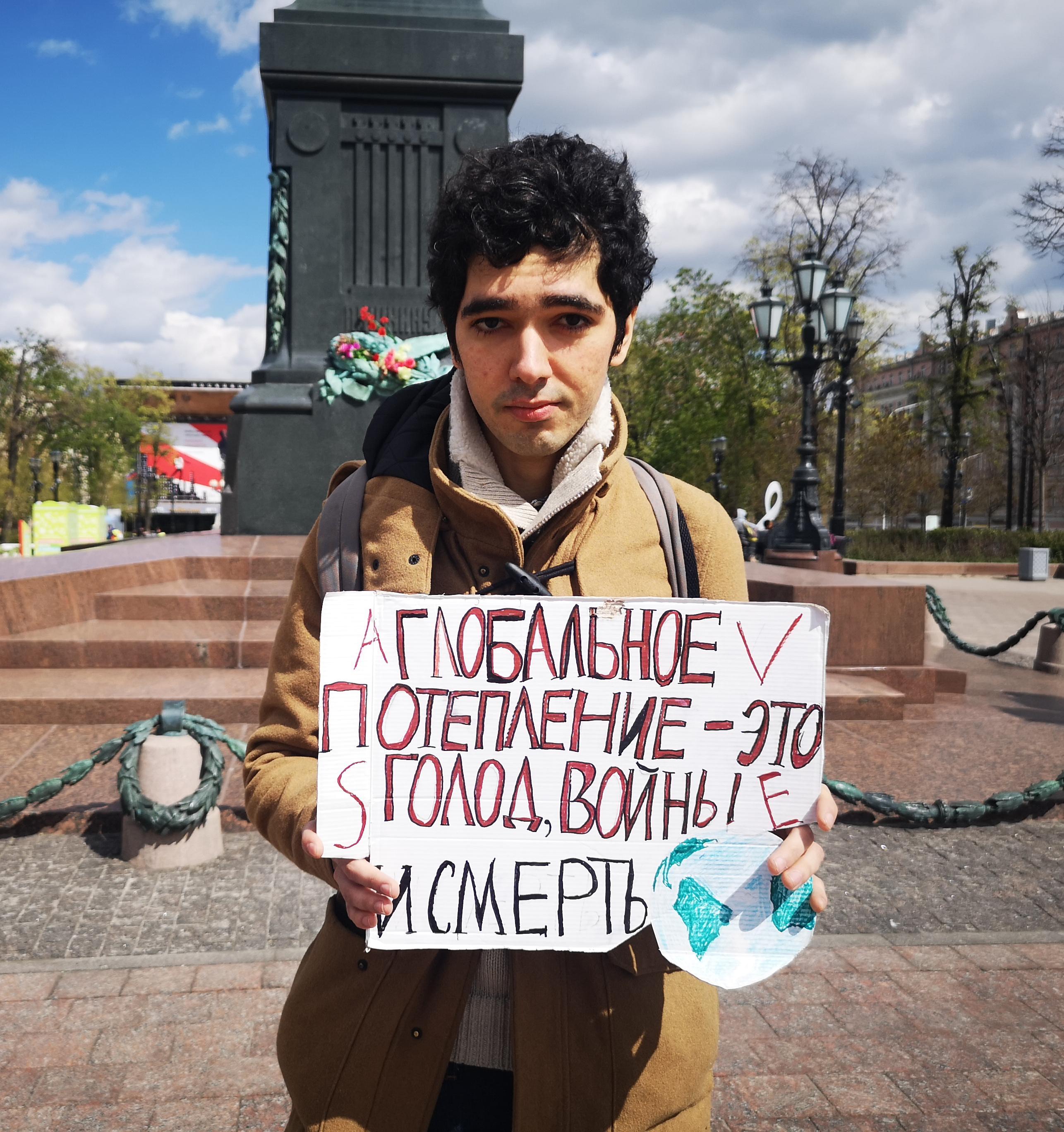 Как активист Аршак Макичян проводит одиночные пикеты против изменения климата