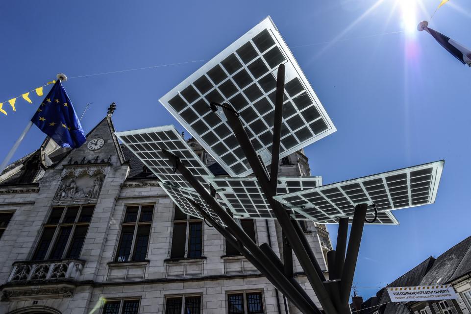 Во Франции установили искусственное дерево с солнечными панелями