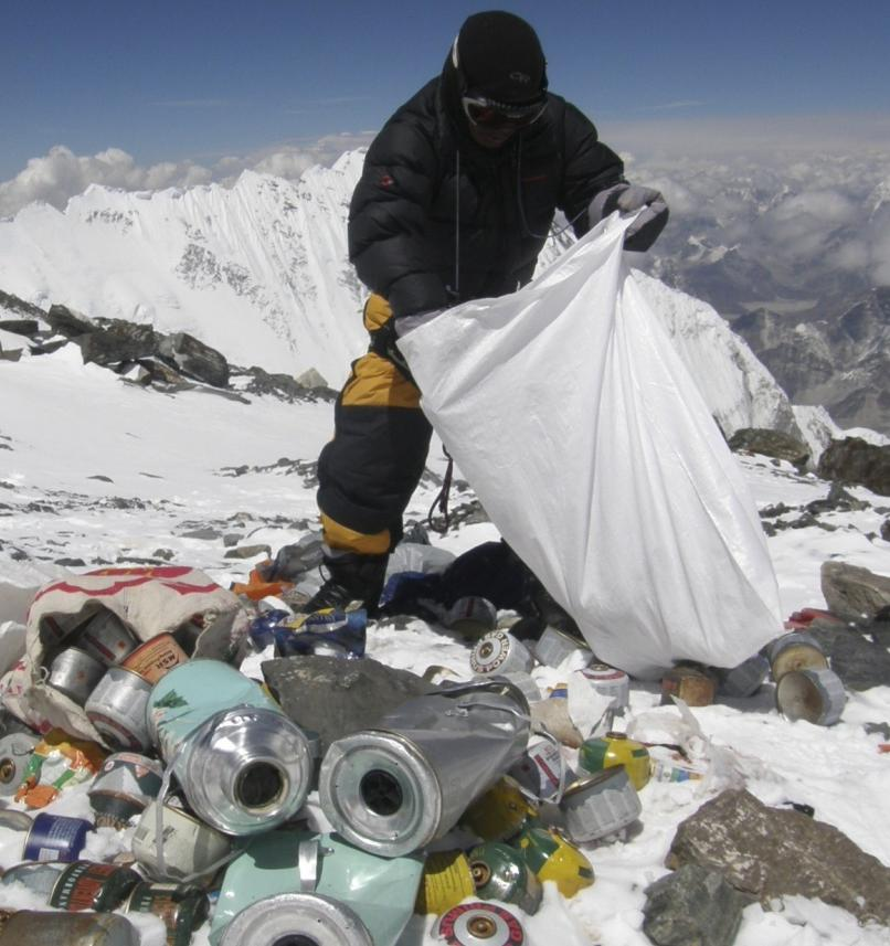 Туристы больше не смогут посещать Эверест из-за скопившегося мусора