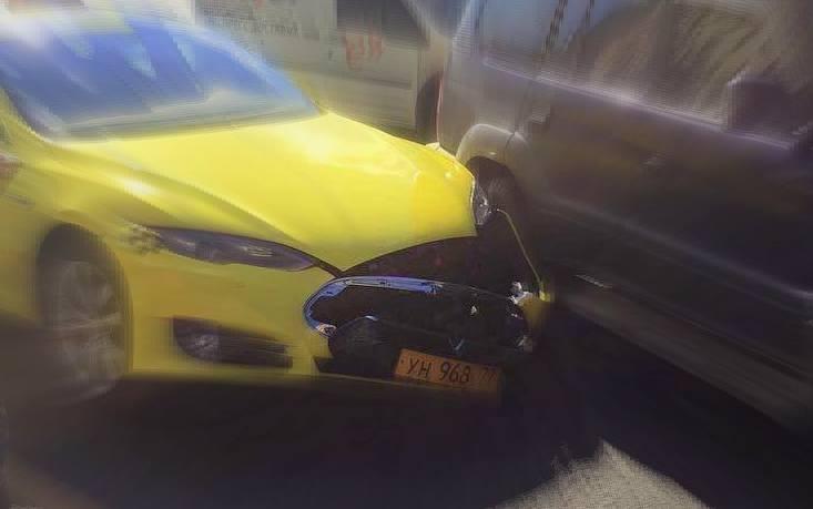 Электромобиль Tesla от «Яндекс.Такси» попал в аварию