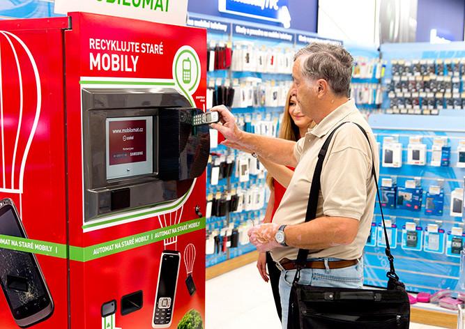 Автомат переработает мобильные телефоны в магазине