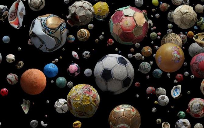 Фотограф из Британии сфотографировала футбольные мячи, выловленные в мировом океане