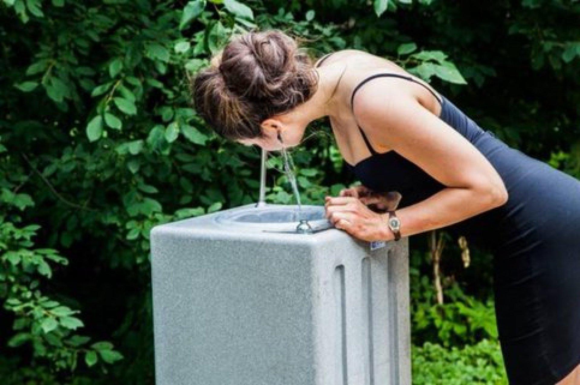 Депутаты Европарламента заменят пластиковые бутылки фонтанчиками с водой