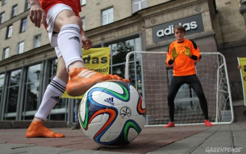 Greenpeace сыграл в футбол у магазина Adidas с призывом отказаться от химикатов в одежде