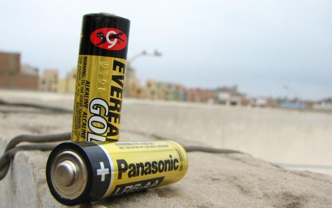 Что происходит с выброшенной на природу батарейкой