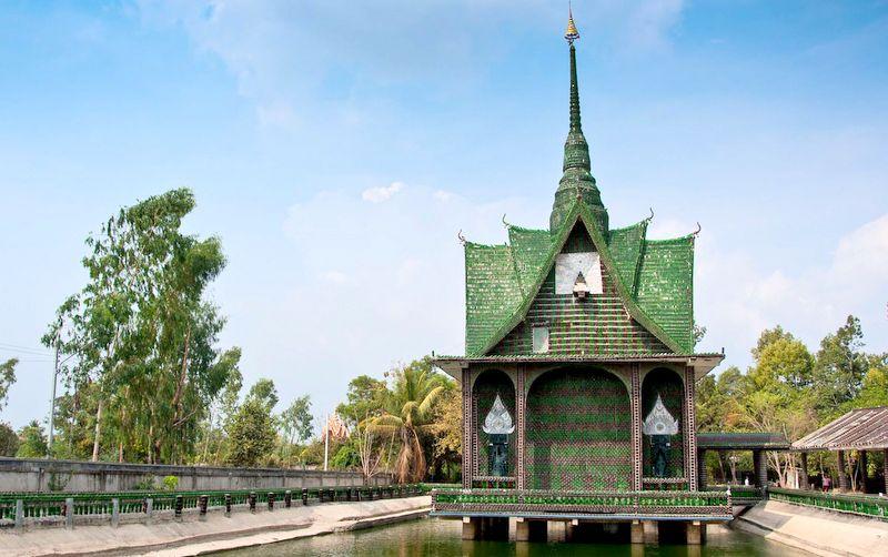 Храм Будды в Таиланде сделан из миллиона стеклянных бутылок