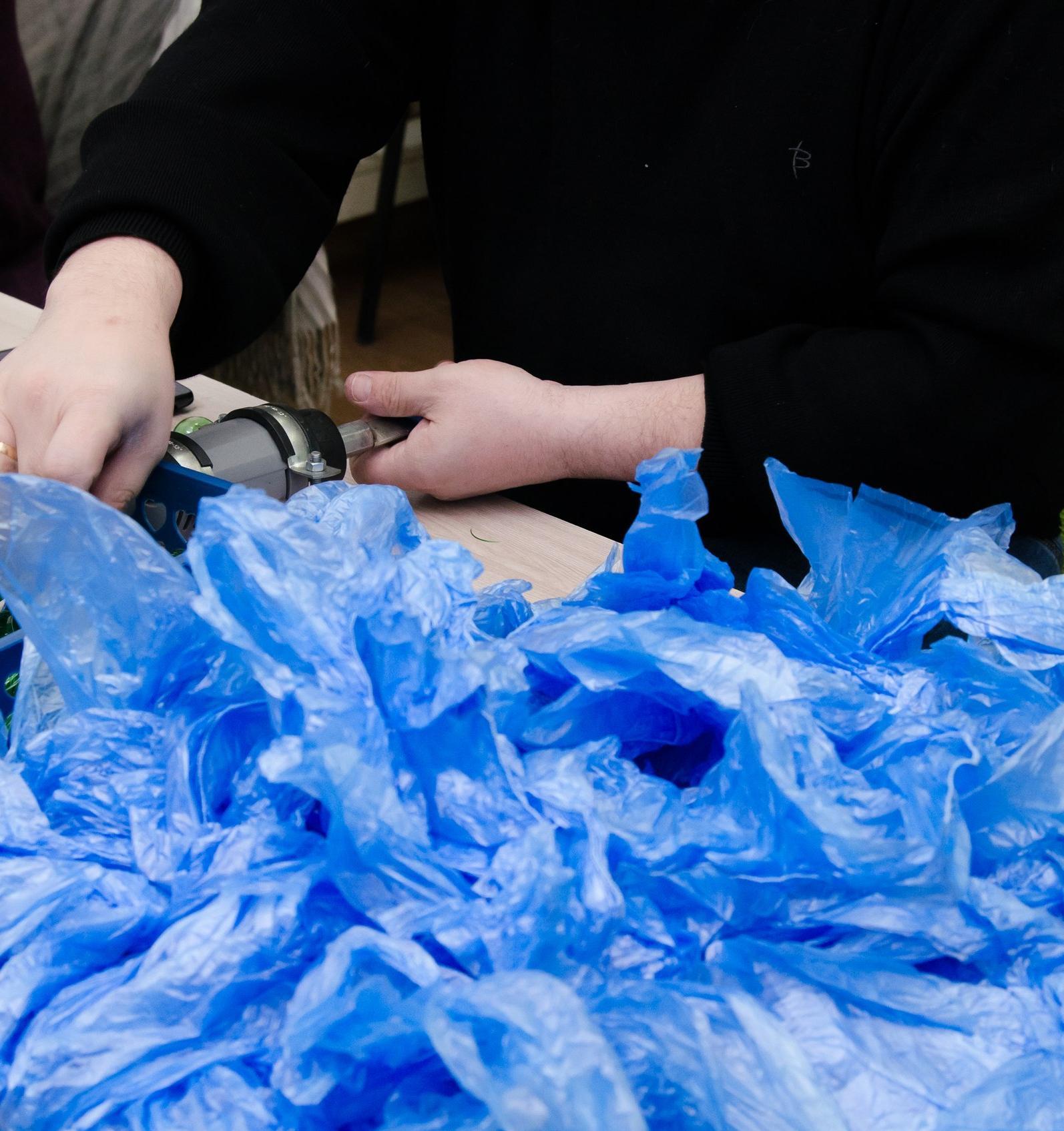 Как в Ижевске делают капсулы для бахил из переработанных пластиковых бутылок