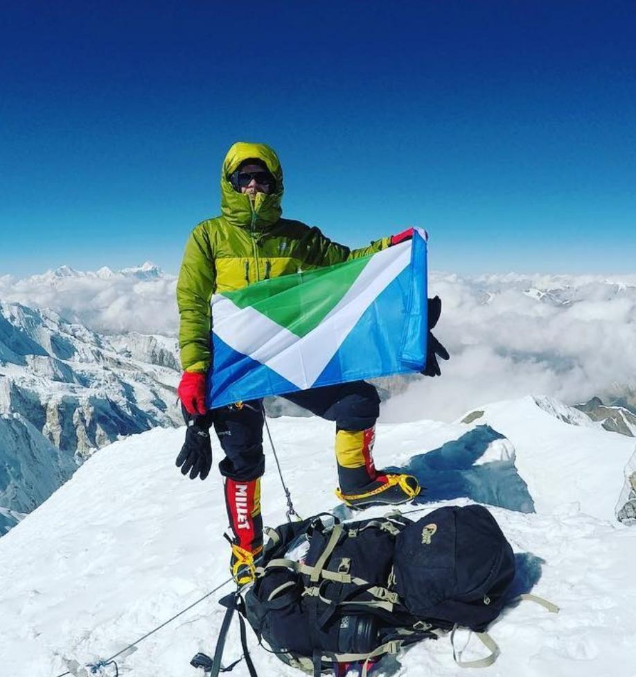Альпинист впервые совершил восхождение на Эверест в веганской экипировке