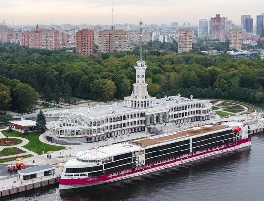 Посетителей Северного речного вокзала в Москве перевозят на электрокарах