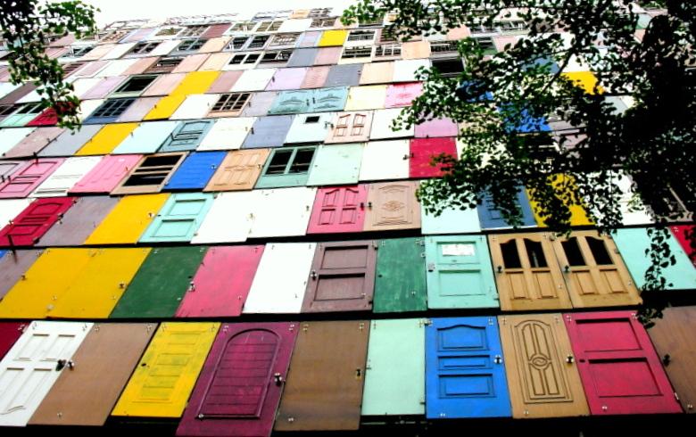 Корейский художник построил дом из старых дверей