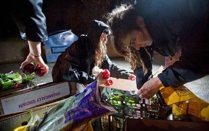 Ссылка дня: Зачем европейские студенты едят из мусорных контейнеров