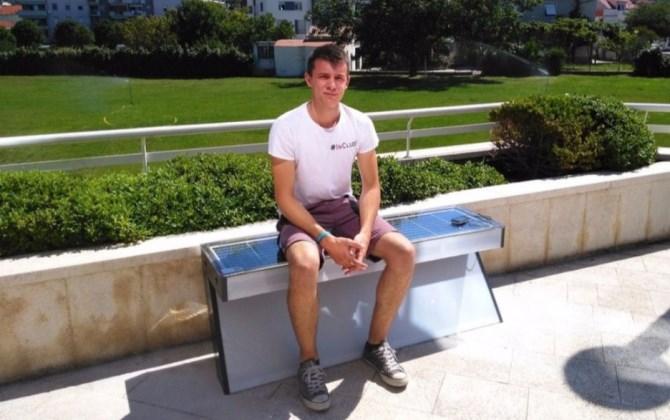В столице Боснии и Герцеговины установили скамейки на солнечных батареях