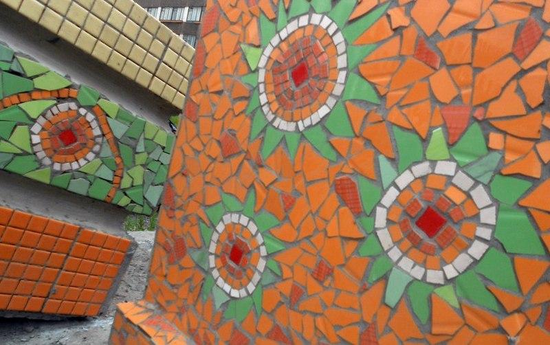 Новокузнецкие студенты украсили двор мозаикой из старой битой керамики