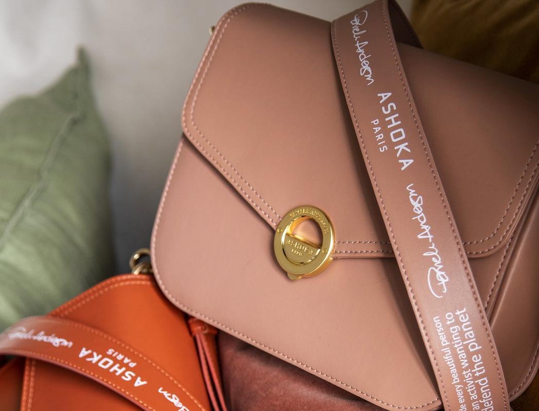 Памела Андерсон выпустила веганские сумки из яблочной кожуры