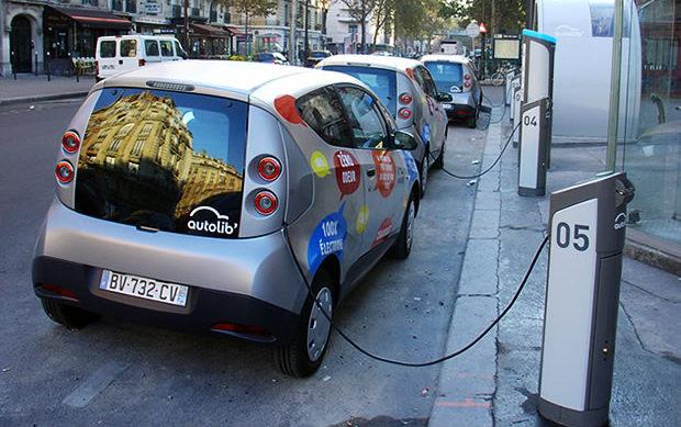 В Париже работает прокат электромобилей