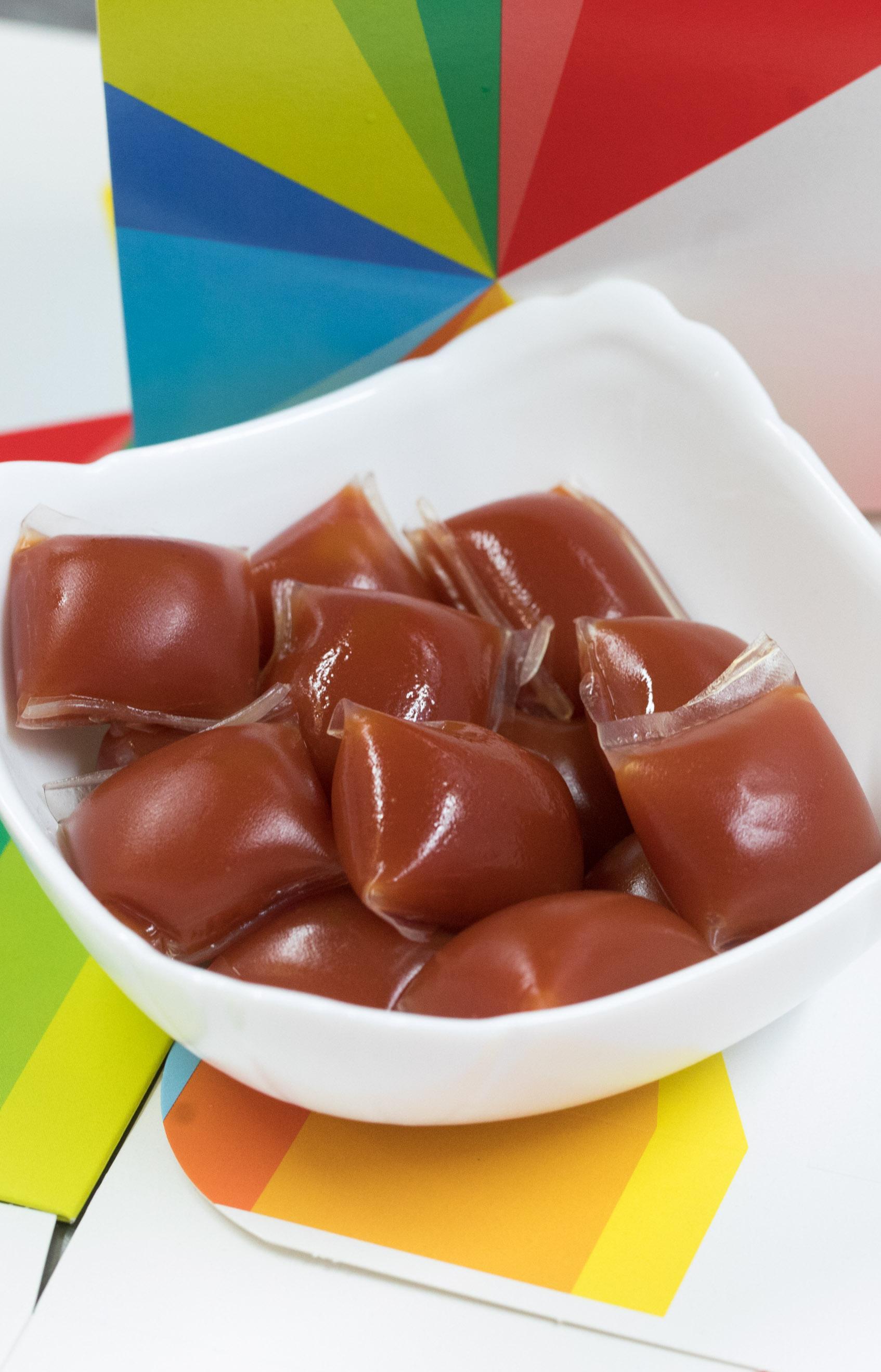 Видео: В Британии тестируют биоразлагаемую упаковку для соусов из морских водорослей