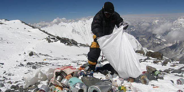 Альпинистов заставят убрать мусор на Эвересте