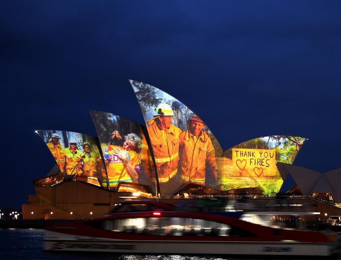 Фото дня: изображения пожарных на здании Сиднейской Оперы