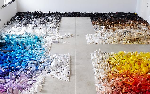 Британский дизайнер заполнил свою студию цветным мусором