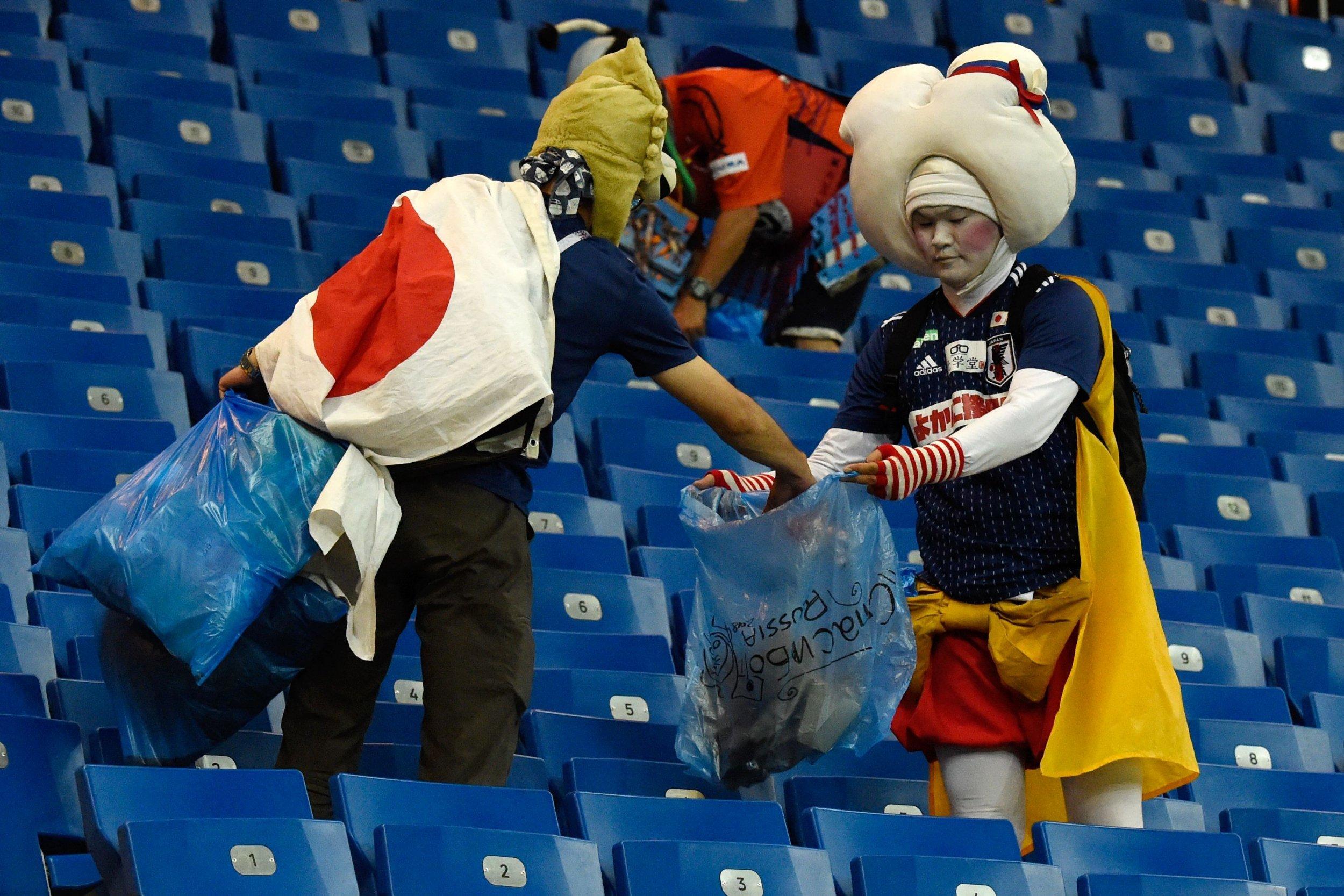 Почему японцы убирают мусор на стадионе даже после поражения