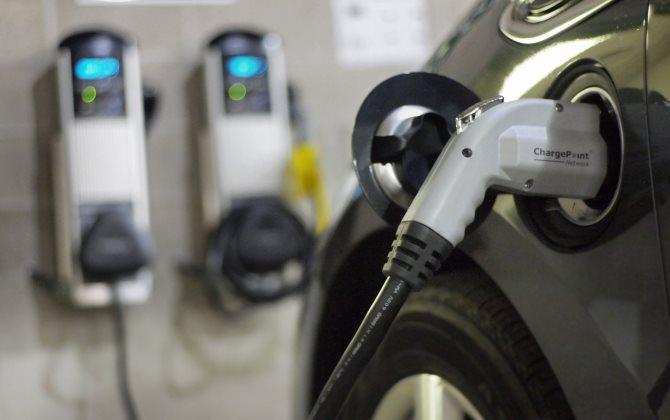 Электромобили можно будет заряжать на АЗС
