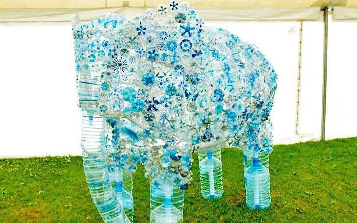 Английские дети сделали слона из мусора