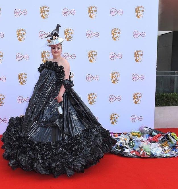 Актриса пришла на вручение премии в платье из мусорных пакетов