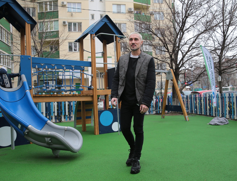 Как Дима Билан открыл в Краснодаре первую детскую площадку из переработанного пластика
