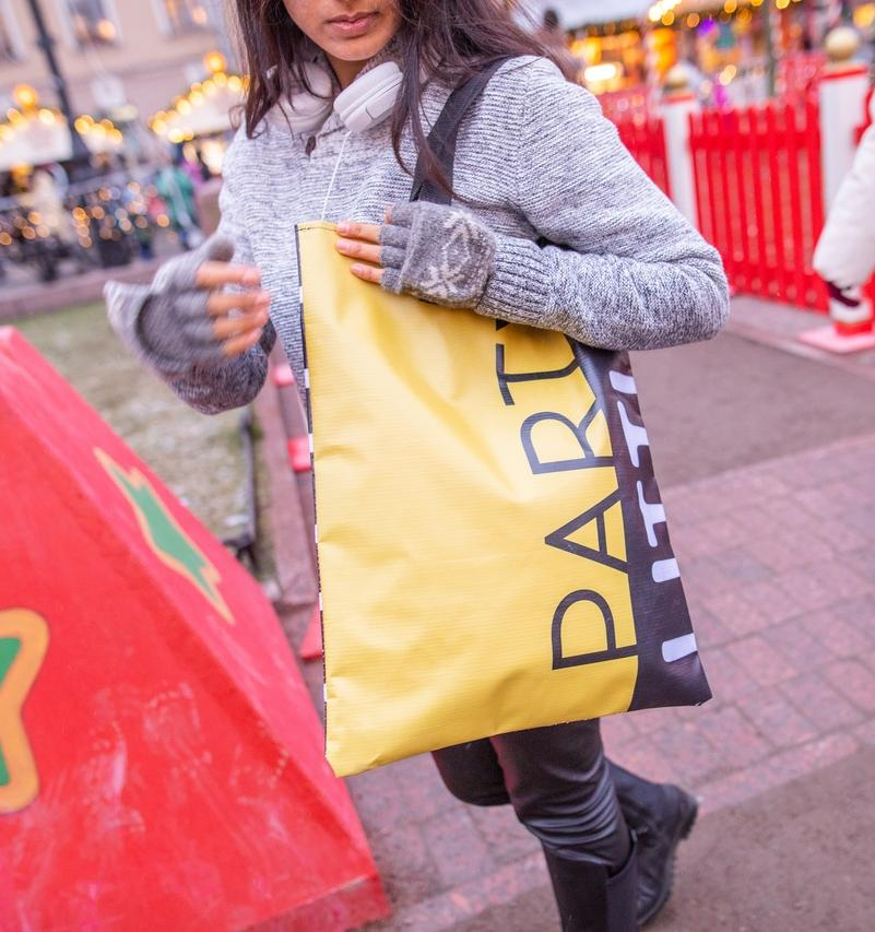 Переработка дня: создатели проекта «Манифест» шьют сумки из баннеров, парусов и тентов